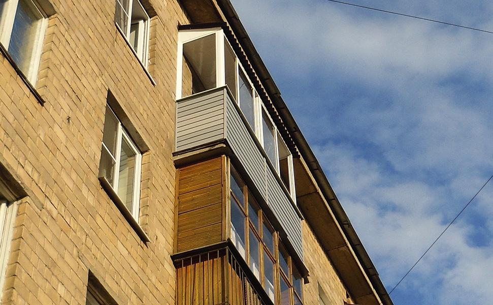 Внешняя отделка балкона сайдингом - цена 1350 р. м2.